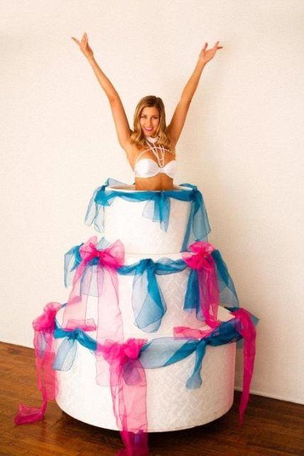 vrouwelijke stripper uit taart huren